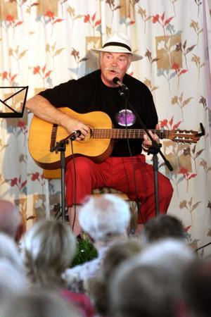 Rolf Rondahl inledde årets visfestival med den egna Dalkarlsbergsvisan.
