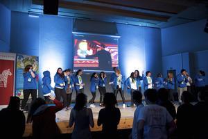 Under invigningen av Miljötinget bjöd programrådet på bland annat dans, som de lyckades få hela publiken med sig i.