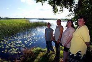 Foto: FRANK JULIN Omskakande upplevelse. - Vi trodde att vi skulle dö, säger Robin Lindberg, Mats Byman, Maria Wedin och Katarina Lindberg, som var millimetrar från att bli överkörda av en stor motorbåt på Storsjön.
