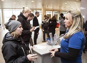 Sandra Persson får information om olika jobb från Britt-Marie Persson.