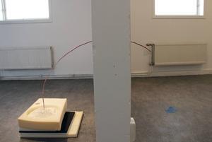 Utställningen på Galleri Lars Palm är skapad med millimeterprecision.