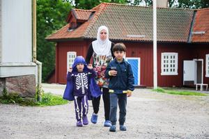 På asylboendet i Westsura orkar barnen gå själva. Men på vägen genom Europa fick båda pojkarna bäras långa sträckor.