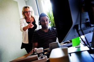 Ann-Catrine Zetterqvist är ledamot i det nationella Tolkservicerådets styrelse samt verksamhetsansvarig för Tolkservice Sundsvall. Här med Faris Gebremariam, tolkförmedlare.