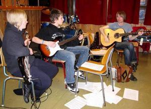 Patrik och Oskar från Åre spelar tillsammans med läraren Ian från  Baltic Crossing.