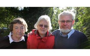 – Vi ger oss aldrig. Falu flyktinggrupp har ett tiotal medlemmar. Monica Annersten, Margaret Hammar, ordförande, och Per Annersten är tre av dem. Foto: Staffan Björklund