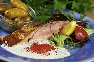 Vuxenmys med varmrökt lax, örtkryddad romsås och kokt sparrispotatis. Lyxigt, i stort sett färdiglagat och underbart gott.