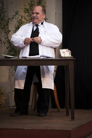 """Lars """"Vegas"""" Gustafsson spelar flera roller i årets uppsättning av Emil i Lönneberga. Bland annat gör han rollen som doktorn som Emil får gå till nä han fastnat med huvudet i soppskålen."""