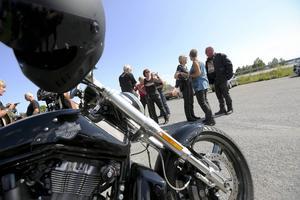 Så rullade de in mot Åre. alla  hundratals Harley Davidson-fantaster från när och fjärran. Här ser vi när några av motorcyklisterna samlas i Mattmar för att i gemensam kortege ta sig till Åre.