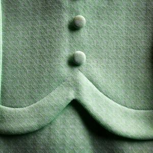 Klädda knappar är en vanlig detalj på crimpleneklänningar.