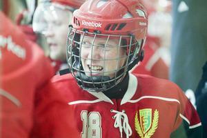 Axel Persson grinar illa efter att ha fått en smäll mot benet.