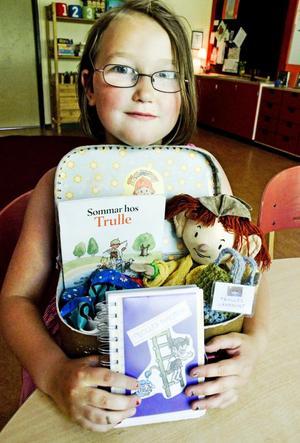 Elwira Ström Pellrud på Askens förskola med Trulles resväska som hon haft hemma. Trulle var med till affären och handlade och han spelade dataspel berättar Elwira i dagboken.