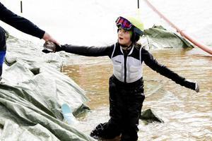 Ida Schönning, 10 år, från Järbo kom halvvägs genom pölen.