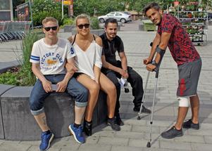 Okej till höghuset, tycker gänget vid Pettersbergs centrum. Från vänster Johannes Blanco, Alina Larsen, Salar Akrawi och Monir Dino.