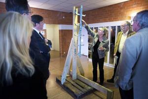 Efter dödsolyckan i Ollebacken i Hammerdal 2011 synade tingsrätten i går den stege som användes då 30-åringen föll. Åklagare Åse Schoultz visar hur säkringen i stegen var tänkt att fungera.