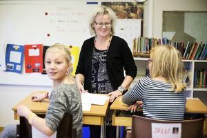 Rektor Anna-Lena Östman tillsammans med Karin Höglund och Julie Nordlöf.