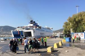 Hamnen i Mytilini. De som fått biljetter till färjan mot Aten känner sig lyckligt lottade.