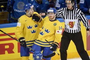 Gustav Nyquist (14) jublar med Jimmie Ericsson efter sitt 7-3 mål Kazakstan.   Fredrik Sandberg/TT