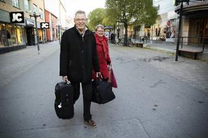 Kent och Carin Brobacke, på väg mot bussen som ska ta dem till Frostviken i helgen.