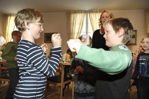 """Findus Wåström och Sebastian """"Basse"""" Sundström var sist kvar i äggpickningstävlingen. Segern togs slutligen hem av Sebastian."""
