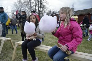 Fluffigt. Manar Elfares och Emilia Nilsson njuter av  sockervadden.