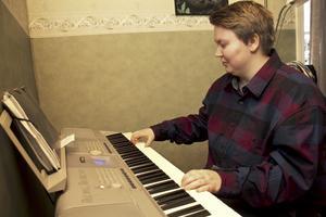 Spelar. Det blir inte så ofta längre, men under några år spelade Ella piano och tog lektioner.