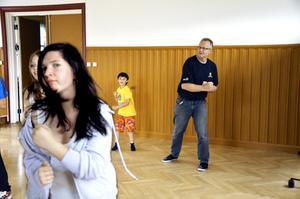 Alltid aktiv. Det var genom sina två barn som Ralf Nielsen kom i kontakt med Junis. Här försöker han och sonen Jens hänga med då streetdancegänget visar upp sina rörelser.