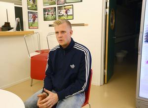 Linus Eriksson analyserar data från gps- och pulsmätare i ÖFK.