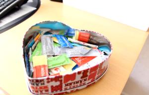 På de flesta ungdomsmottagningar finns kondomsamtal och gratis kondomer till de som behöver dem.