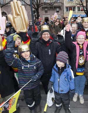 Henri Sevonen med sönerna Alexander, 6 år, och Sebastian, 4 år, hade kommit till Stortorget för att träffa Svedberg, Sillfverberg, Järnkrok, Honken och de andra Brynäshjältarna.