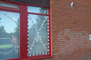 Krossade fönster i Tallnäs är inget ovanligt. Här är ett fönster på aktivitetshuset Pangea som krossats.
