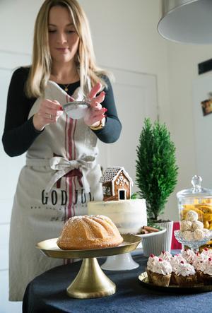 Snön faller över saffranskakan och det vinterlandskap av bakverk som Linda dukat upp på sitt köksbord.