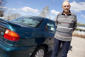 Alf Hallgrens bil skadades när han tvättade den i en automatisk biltvätt. Mackägaren vägrar att ersätta honom för skadan. Nu vill Alf varna andra för det som hänt.