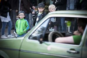 De här grabbarna blev nog väldigt imponerad av bilarna de såg på lördagskvällen.