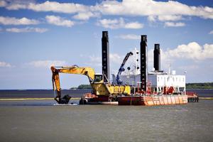 Inseglingsrännan till Gävle hamn är trång och förhoppningarna är nu att regeringen ska ge ett positivt besked som gör det möjligt att muddra farleden som planerat.