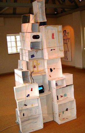 Ahlbershallen mönstrar installationer och måleri av Anna-Lena Törnström från Umeå. Här: It`s not a house.