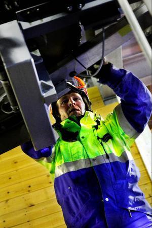 Skidpatrullen sköter servicen av liftarna. Vissa saker kontrollerar Magnus Stockenstrand och hans kollegor dagligen.