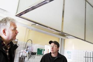 Anders Berg, fastighetschef på Ljusdals kommun och Anders Yngvesson inspekterar köket i Ramsjö skola. Fortfarande behöver en del saker lösas för att matlagningen ska kunna skötas härifrån.
