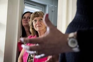 Karin Flodin lyssnar när hennes nya partikamrat agiterar i sin nya lägenhet.    Till vänster Carina Karlsson.