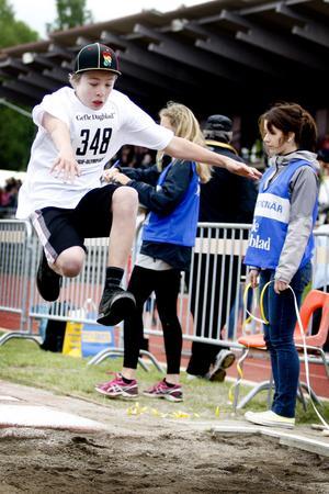 Douglas Blanck från Rotskärsskolan 6AB hoppade längd med kepan på.
