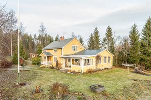 Huset ligger på Björkön i Njurunda och har ett utgångspris på  1 650 000 kronor.