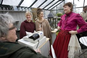 Regissören Margaretha Sundström, Ann-Katrin Thorell, Bonnica Sjöblom och Ingela Enström besökte Gröna systrar på onsdagen. Snart börjar repetitionerna på plats.