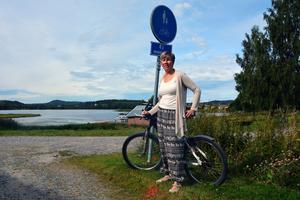 Nu får Nina låna dotterns cykel för att kunna ta sig till och från jobbet.