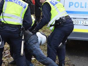 En man åtalas för att ha burit kniv och för att ha brukat våld mot en polis.