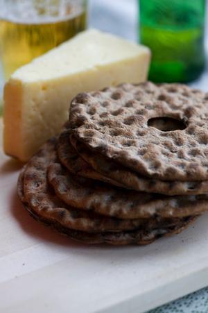Matjes på danska serveras gärna med stark ost och rågbröd.