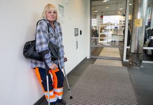 Sylvia Ullberg vred till knät på cykeln när hon var nära att krocka med en bil. Hon fick vänta i tre timmar på akuten, en godkänd tid tycker hon.