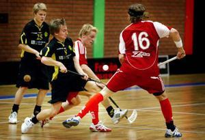 IBC Östersunds Jonas Björid och Daniel Andersson försöker vinna bollen mot Sandåkerns spelare.   Foto: Johan Axelsson