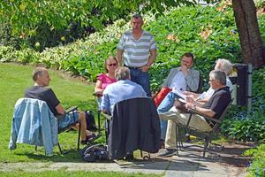 Presskonferensen om S- och V-budgeten hölls i fantastiskt sommarväder i Örnparken.