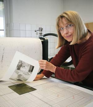 I grafikverkstaden i Härke har man miljöanpassat sitt arbete, vilket gjort att kollegor från andra håll reser hit för att ta del av de nya kunskaperna.– Ingenting är ju giftfritt, men det är jättestor skillnad på hur vi jobbar i dag. Det är mycket gammal kunskap som kommer igen, säger Ewa Carlsson.