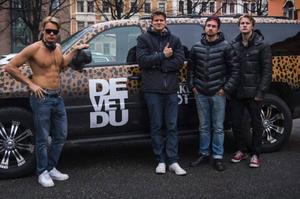 Bandet med den nya turnébilen.
