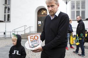 Miche Skoglund lämnade över pengarna som samlades ihop på hans kalas vid onsdagens gudstjänst i Ljusdals kyrka.